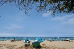 Manhã ao longo da costa da praia na cidade Puerto da pesca Fotos de Stock