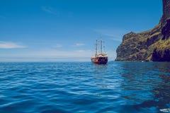 Manhã bonita em Tenerife O navio está voando ao longo dos coas Fotografia de Stock Royalty Free