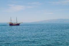 Manhã bonita em Tenerife O navio está voando ao longo dos coas Imagens de Stock Royalty Free