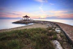 Manhã bonita na praia de Karang imagens de stock