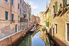 Manhã brilhante em Veneza Canal estreito com os barcos e construções Venetian típicos Fotos de Stock