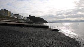 Manhã BRITÂNICA norte do início do verão de Criccieth Gales com praia e mar vídeos de arquivo