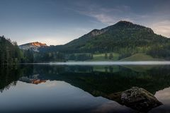 Manhã calma no lago Spitzingsee fotos de stock