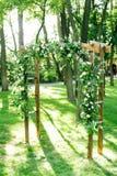 Manhã, celebração, conceito da decoração arco do casamento sob a forma das aros para a cerimônia decoradas com rosas brancas e fotos de stock