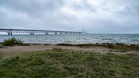 Manhã chuvosa da ponte de Mackinac imagem de stock royalty free