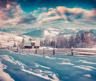 Manhã colorida do inverno na aldeia da montanha Fotos de Stock Royalty Free