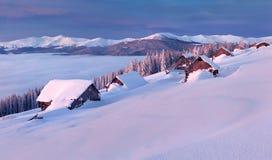 Manhã colorida do inverno nas montanhas Carpathian. Imagem de Stock