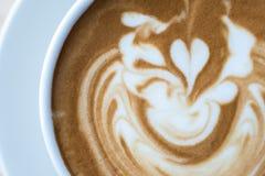 Manhã com o copo do café do latte imagem de stock