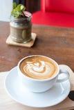 Manhã com o copo do café do latte fotografia de stock royalty free
