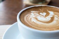 Manhã com o copo do café do latte imagens de stock