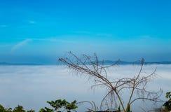 Manhã da névoa e do sol após a montanha fotografia de stock royalty free