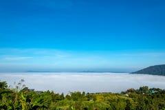 Manhã da névoa e do sol após a montanha imagens de stock
