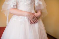 Manhã da noiva, com suas mãos cruzadas A noiva está esperando a reunião com o noivo Um anel de noivado com um diamante o imagens de stock