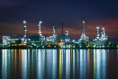 A manhã da planta da indústria da refinaria de petróleo, produz a gasolina Fábrica do produto químico e do petróleo Fotos de Stock