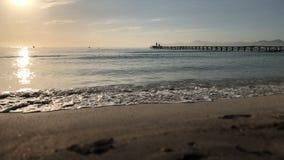 Manhã de Majorca Cais de madeira na praia de Playa de Muro Reflexões da luz solar no mar filme