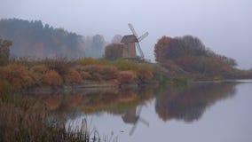 Manhã de Misty October no rio Sorot Mikhailovskoe, montanhas de Pushkin Rússia filme