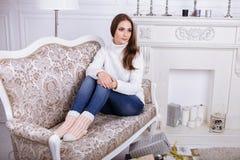 Manhã de Natal Mulher bonita nova em apartamentos clássicos Imagem de Stock Royalty Free