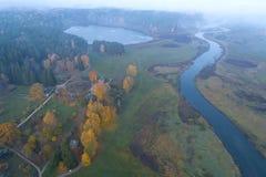 Manhã de outubro sobre a fotografia aérea de Mikhailovskoe Montanhas de Pushkin, Rússia imagens de stock