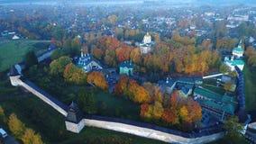 Manhã de outubro sobre o vídeo aéreo do monastério santamente de Dormition Pskov-Pechersk Pechory, Rússia video estoque
