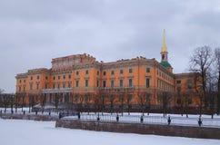 Manhã do blizzard do inverno e castelo i de Mikhailovsky foto de stock