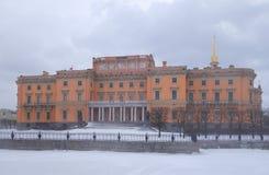Manhã do blizzard do inverno e castelo i de Mikhailovsky fotografia de stock