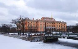 Manhã do blizzard do inverno e castelo i de Mikhailovsky imagem de stock royalty free