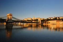 Manhã do castelo de Buda e da ponte Chain de Szechenyi Fotografia de Stock Royalty Free