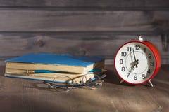 Manhã do despertador cinco minutos Fotos de Stock Royalty Free