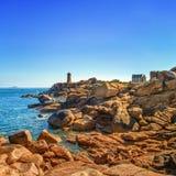 Manhã do farol de Ploumanach na costa cor-de-rosa do granito, Brittany, França. Imagem de Stock