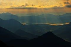 Manhã do Fogy nas montanhas Imagem de Stock