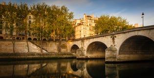 Manhã do início do verão no Saint Louis de Ile e o Pont Marie - a Paris Fotografia de Stock Royalty Free