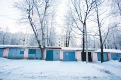 Manhã do inverno Corrente das garagens cercadas por pilhas da neve foto de stock