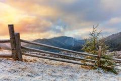 Manhã do inverno em montanhas nevados Paisagem fotos de stock