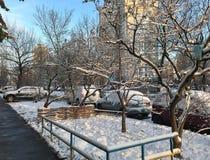 Manhã do inverno na cidade foto de stock