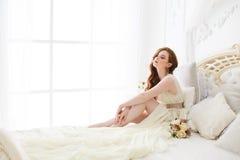 Manhã do ` s da noiva do boudoir Menina ruivo bonito em seu dia do casamento imagens de stock royalty free