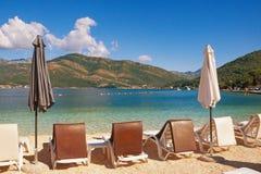 Manhã do verão na praia Baía do mar de adriático de Kotor, Montenegro Foto de Stock Royalty Free