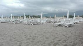 Manhã em um clube da praia no fim da estação foto de stock