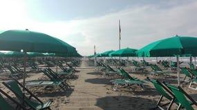 Manhã em um clube da praia no fim da estação imagens de stock