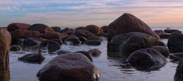 Manhã em uma costa rochosa Fotos de Stock Royalty Free