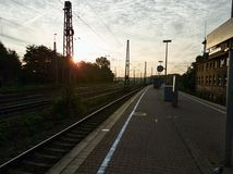 Manhã em uma estação de trem pequena em Alemanha fotografia de stock