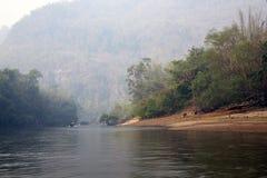 Manhã enevoada adiantada no rio Kwai Fotografia de Stock