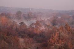 Manhã enevoada adiantada no rio Um rio do enrolamento entre as árvores do outono Fotografia de Stock