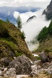 Manhã enevoada cênico na paisagem das montanhas Fotos de Stock