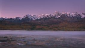 Manhã enevoada do outono no timelapse das montanhas, Sibéria, Altai filme