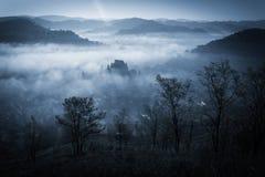 Manhã enevoada misteriosa sobre a vila de Biertan, a Transilvânia, Romênia Imagem de Stock