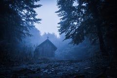 Manhã enevoada misteriosa sobre a vila de Biertan, a Transilvânia, Romênia Fotos de Stock Royalty Free