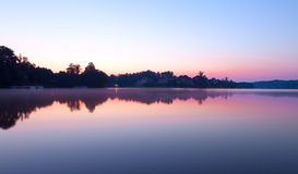 Manhã enevoada no lago foto de stock