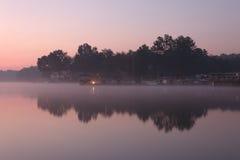 Manhã enevoada no lago fotografia de stock