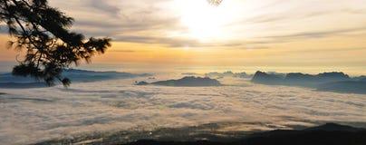 Manhã enevoada sobre as montanhas Foto de Stock