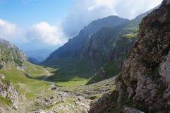 Manhã ensolarada nas montanhas de Romênia fotografia de stock
